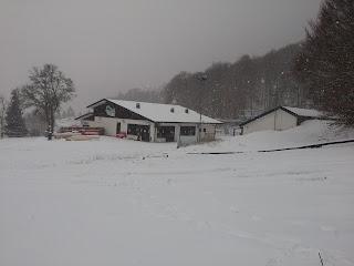La base degli impianti di risalita di Campo di Giove con la prima neve.