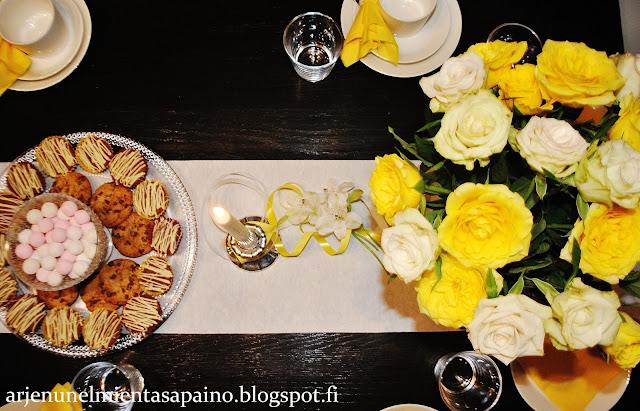 juhlapöytä, tarjoilut, kukat, ruusut, kynttilä, muffinit, keksit,