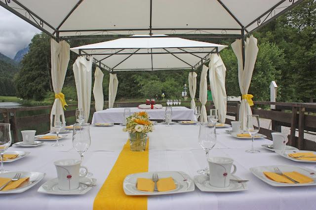 Kaffee und Kuchen auf dem Riessersee Event-Floss - Sonnenblumen-Hochzeit im Riessersee Hotel Garmisch-Partenkirchen, Bayern - Sunflower wedding in Garmisch, Bavaria, Germany - #riessersee #hochzeitshotel #wedding venu #abroad #Bavaria #Garmisch #wedding #Hochzeit