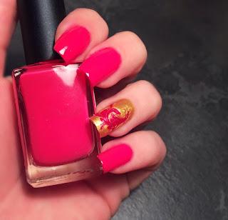 Nail art rossa e un dito oro con su una decorazione floreale realizzata con il dotter perfetta per gemelli segno zodiacale per il 2016