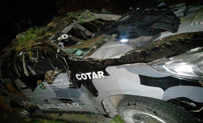 Carro da polícia capota e quatro policiais ficam feridos no Ceará