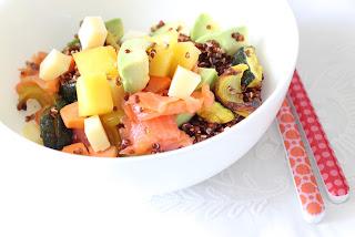 assiette salade composée quinoa rouge saumon fumé légumes