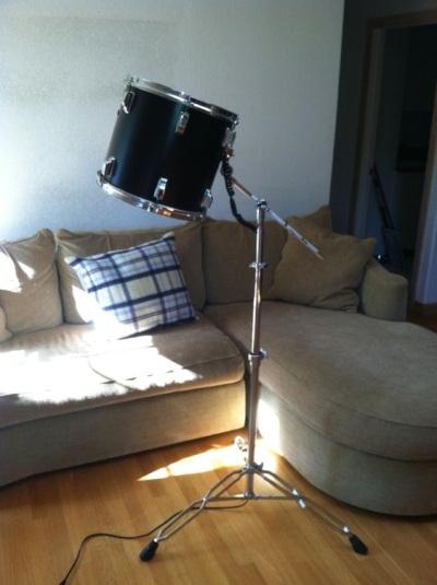 Tom Tom Drum diubah menjadi lampu lantai. Cocok sebagai lampu baca.