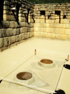 Rochas Esculpidas em Forma de Morteiro no Bairro Industrial de Machu Picchu