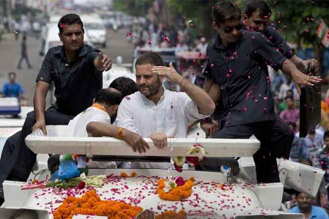 सीतापुर में रोड शो के दौरान राहुल गांधी पर फेंका जूता