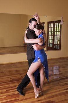 Bailando bachata pegados