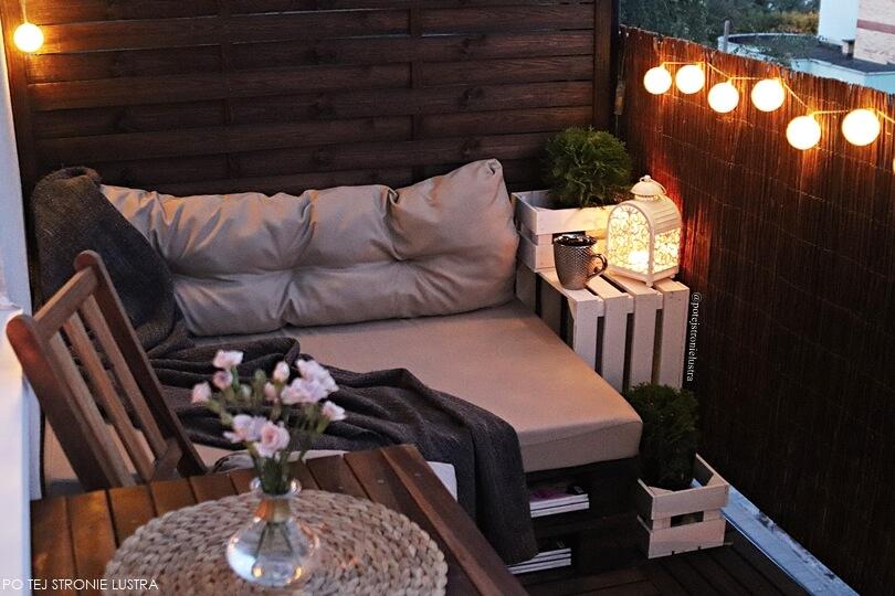 aranżacja mojego balkonu drewno, wiklina, lampki