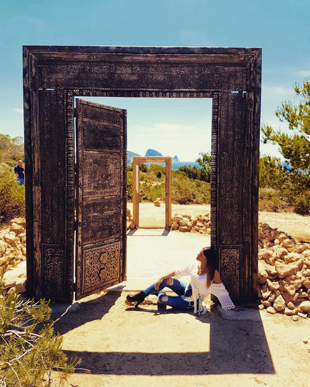 Ibiza el paraiso tras las puertas de cala llentia for Puerta 7 campo de mayo