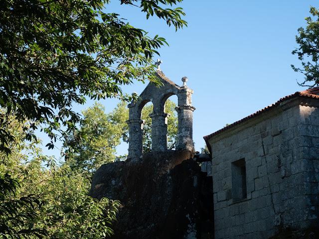 Campanario de un monasterio entre vegetación