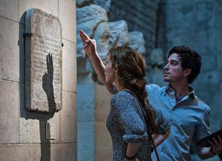 Perdita Weeks et Ben Feldman à la recherche de la pierre philosophale dans le film catacombes