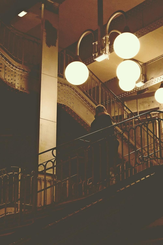 Femme, escalier, lampes