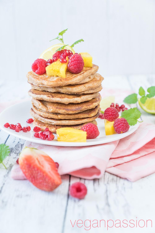 Osterbrunch: Apfel-Vollkorn-Pancakes mit Obst & Ahornsirup (zuckerfrei, vollwert)