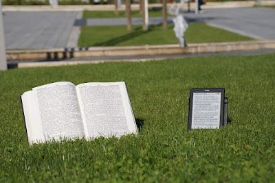 Lebih Nyaman Membaca Buku Tercetak atau Ebook?