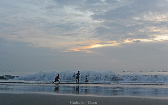 Menari bersama ombak menggulung di tepian pantai
