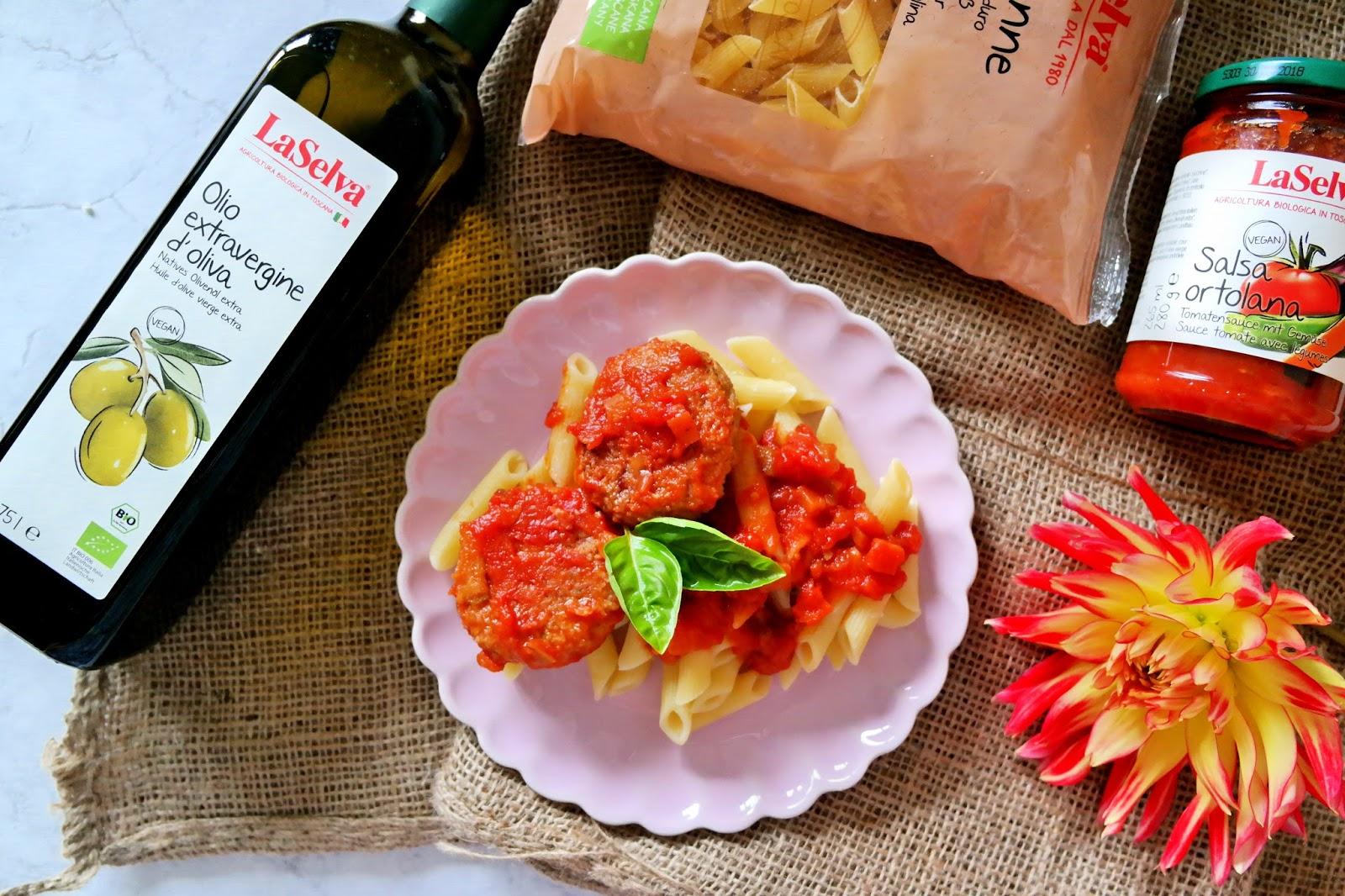 Pulpety gryczane w sosie pomidorowym