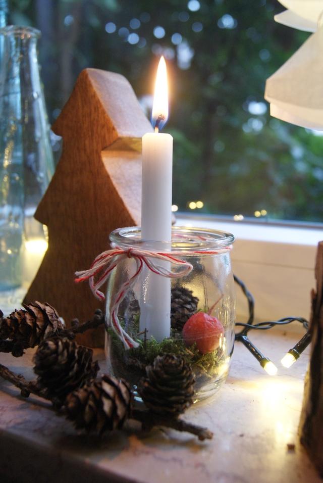 Joghurtglas mit Kerze weihnachtlich dekoriert