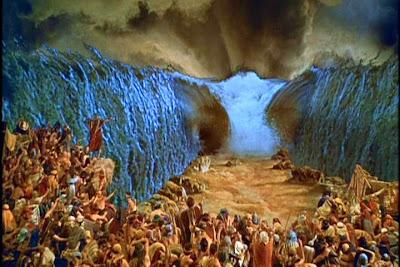 Resultado de imagem para deus abre o mar