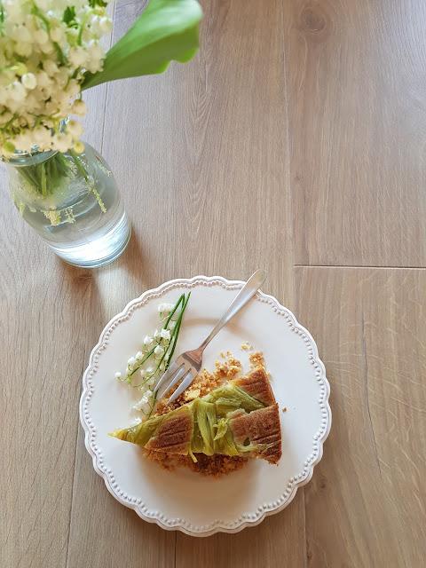 Odwrócone ciasto z rabarbarem i kruszonką (wegańskie)