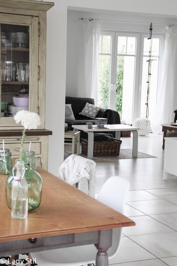 Blick vom Esszimmer ins Wohnzimmer mit grauem Sofa von Loods5