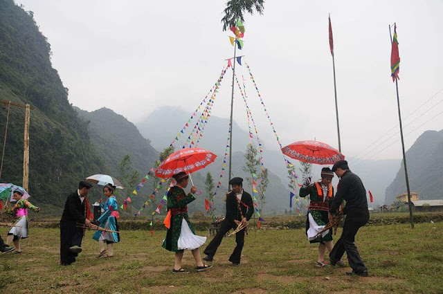 Đây là lễ hội lớn nhất, đông vui nhất và nhiều nghi lễ nhất của người Mông ở Hà Giang thế nên bạn đừng có bỏ lỡ. Được tổ chức từ ngày mồng Một đến ngày Rằm tháng Giêng, nếu tổ chức 1 năm 1 lần thì lễ hội sẽ kéo dài trong 9 ngày, còn nếu làm trong 3 năm liền thì mỗi năm sẽ diễn ra trong vòng 3 ngày.