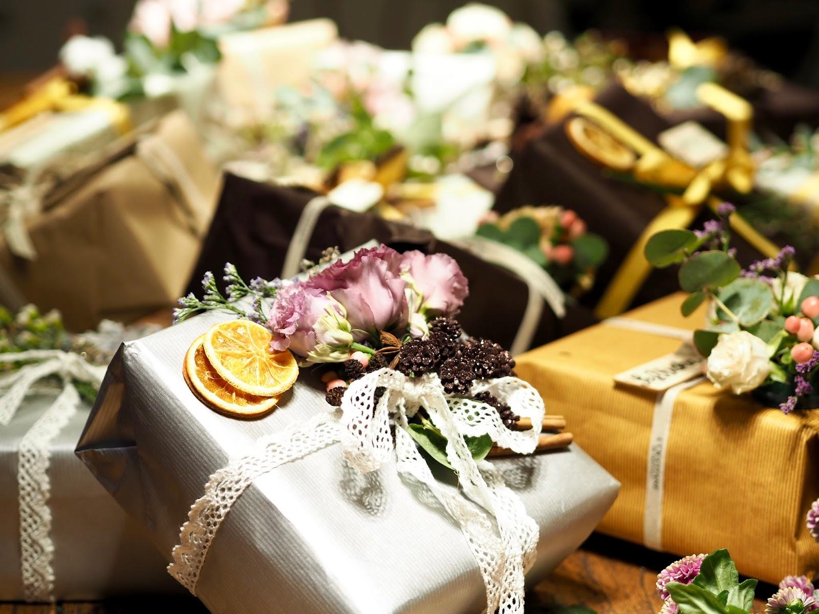 balenie darčekov s kvetmi