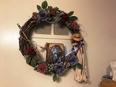 https://2.bp.blogspot.com/-dBmzG5gLnCE/WvCXtGl2EkI/AAAAAAAAOKc/bpBuweEYn241q4PY3ArovukZhGPX-rk6ACKgBGAs/s400/ChristmasWreath2018%2B%25281%2529.jpg