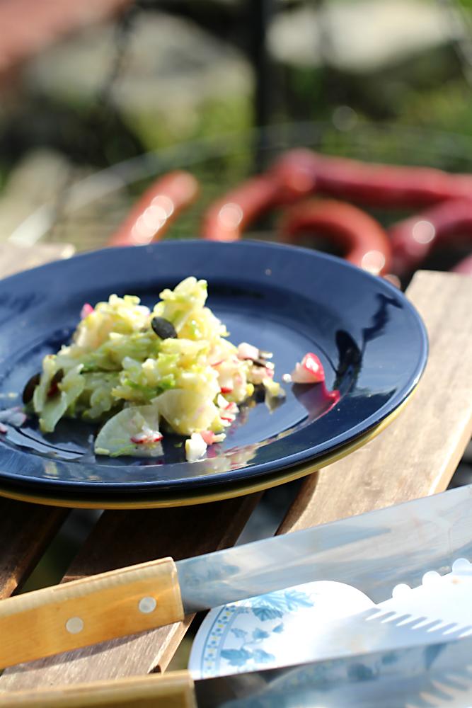 Krautsalat aus Spitzkohl mit Rettich, Radieschen und gerösteten Kürbiskernen| Arthurs Tochter kocht von Astrid Paul. Der Blog für food, wine, travel & love
