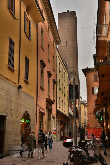 Torre degli Asinelli to najwyższa wieża w Bolonii i główna atrakcja tyrystyczna miasta
