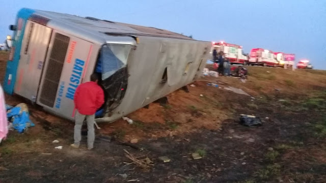 Ônibus que saiu de Santa Luzia e Seguia para Caldas Novas capota e deixa 30 pessoas feridas