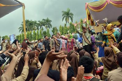 Diguyur Hujan Lebat, Puluhan Ribu Warga Tanggamus Tetap Antusias Sambut Gubernur Lampung