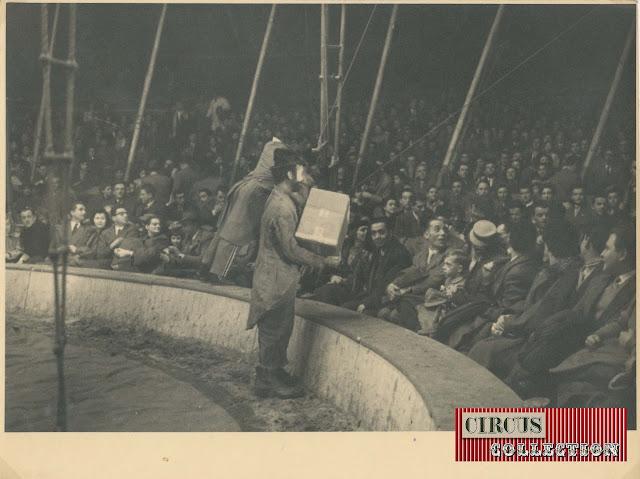 Clown dans la piste du Cirque  Darix Togni 1954