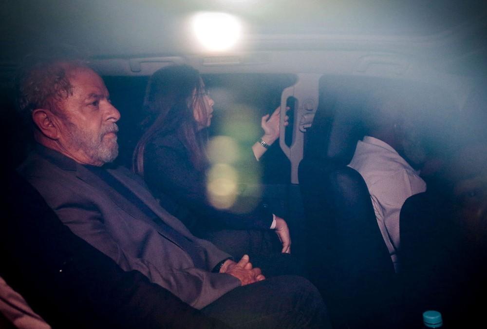 Lula se entrega a polícia e ficará preso em Curitiba no PR