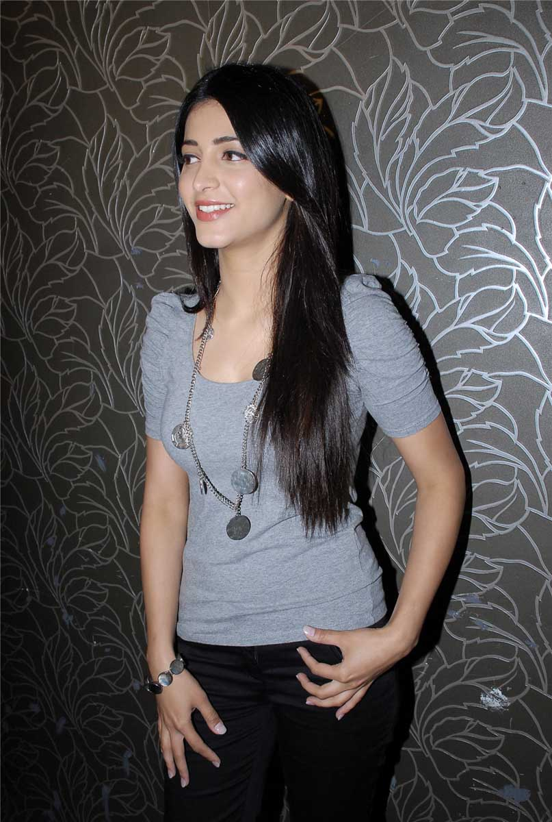 Actress Hot Sruthi Hasan Hot Stills And Bikini Pics-4633