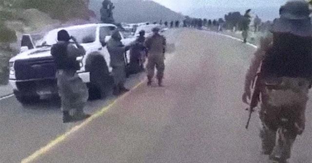 VÍDEO; El poderoso ejercito del CJNG; Así se pasean en caravana de camionetas de lujo y bien armados en la sierra de Nayarit