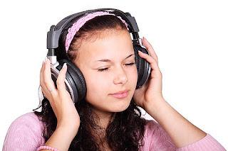 """kata yang membingungkan dalam komunikasi menggunakan bahasa inggris Perbedaan """"Listen"""" dan """"Hear"""" Beserta Contoh Kalimatnya"""