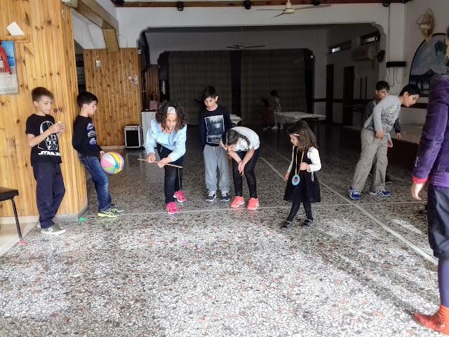 τα παιδιά παίζουν ομαδικό παιχνίδι στο πάρτυ γενεθλίων