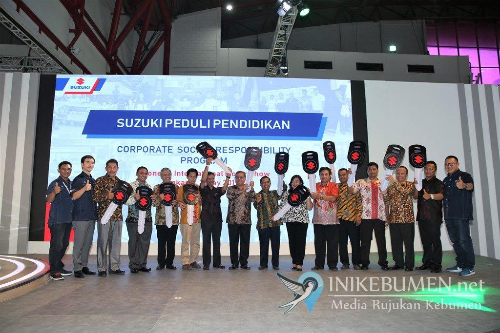 Dukung Pendidikan Indonesia, Suzuki Serahkan Unit Mobil ke SMK dan Universitas