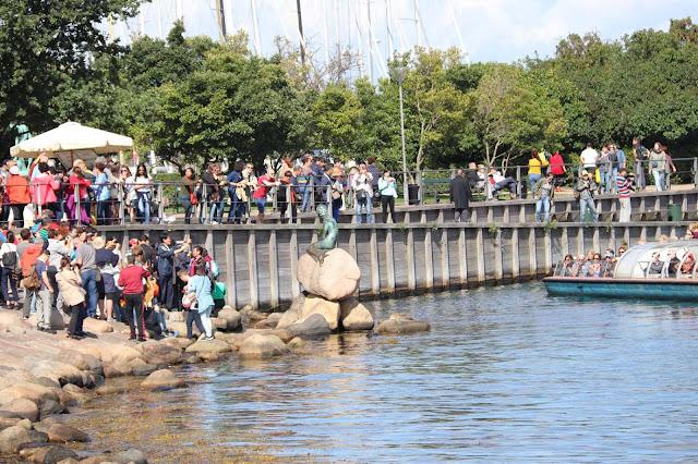Pieni merenneito -patsas on Kööpenhaminan tunnetuimpia nähtävyyksiä