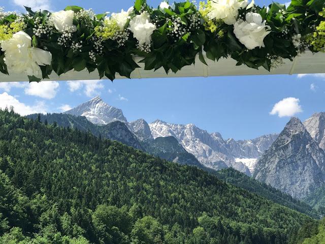 Heiraten mit Bergpanorama. Hochzeit in Apfelgrün und Weiß im Riessersee Hotel Garmisch-Partenkirchen, Hochzeitshotel in Bayern, heiraten in den Bergen am See