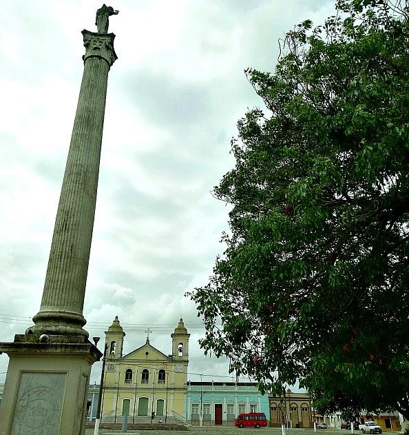 Obelisco na Praça Dr. Alcides Marques, em Jaguarão. E Igreja Matriz do Divino Espírito Santo
