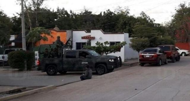 """VIDEO: Con camionetas """"artilladas  Militares, Estatales y Municipales custodian panteón donde enterraron a """"El Güero Ranas"""" guardia personal de la familia Guzmán"""