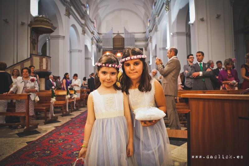 la niñas llevan los anillos en la iglesia de crevillente