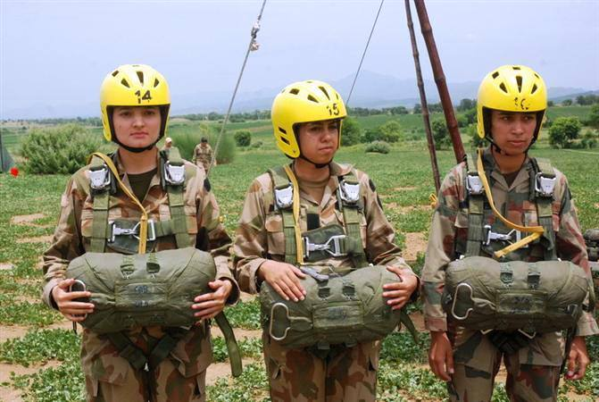 Pak Army Lady Pics: Pakistani Female Paratroopers Jumping From Mi-17