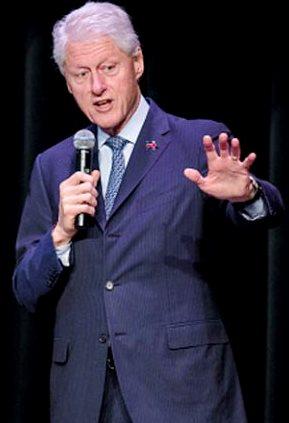 Foto de Bill Clinton hablando con micrófono
