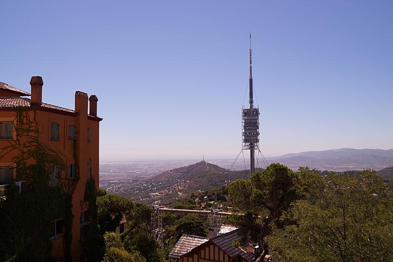 Ausblick von Barcelonas Hausberg Tibidabo auf den Torre de Collserola im Sommer