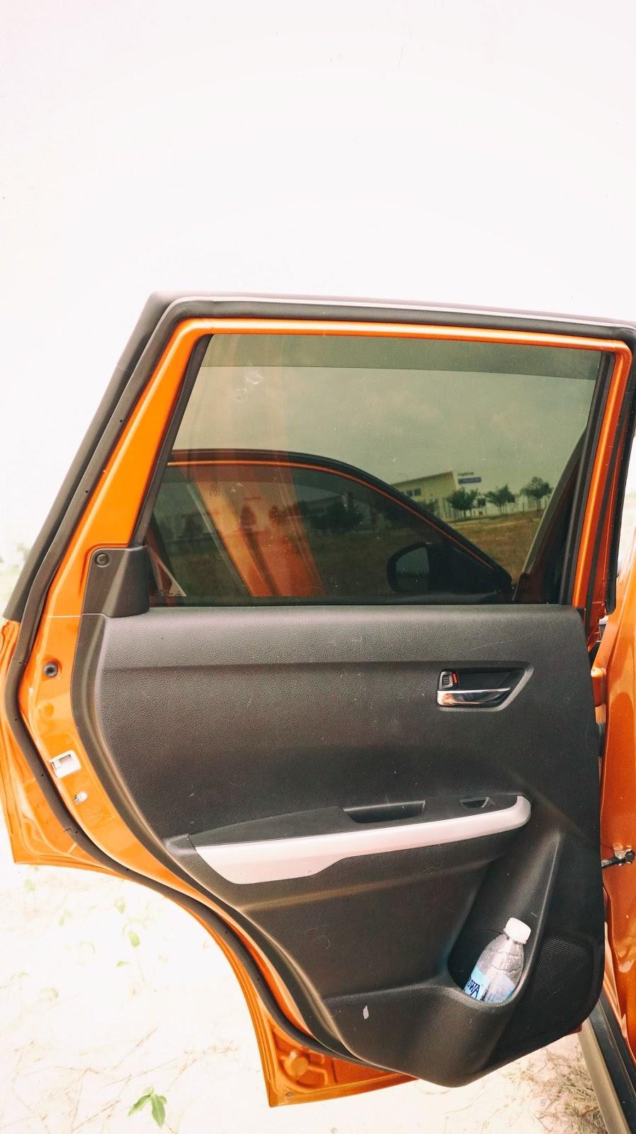 Người ngồi trong xe sẽ không cảm nhận được cái nắng của mặt trời nhờ kính màu chống tia cực tím