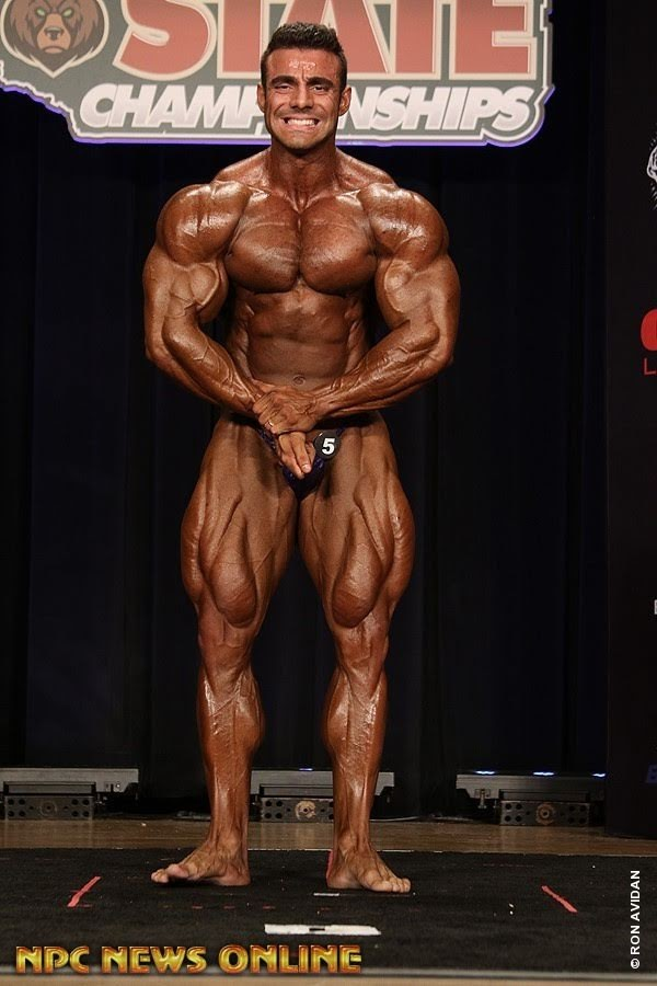 Rafael Brandão realiza pose mais musculoso no palco do California State Pro 2018. Foto: Muscle Contest International