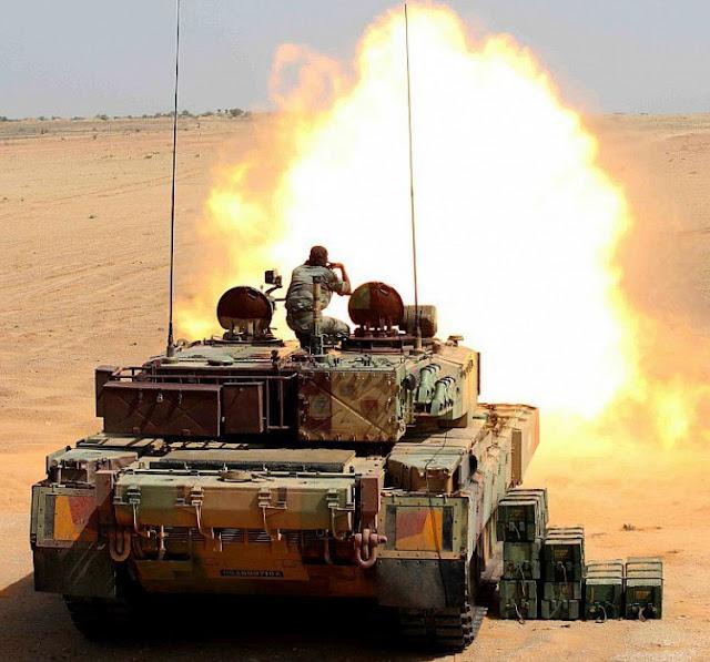 Основной индийский боевой танк Арджун на стрельбах
