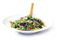 taze yeşil otlar ve peynirle hazırlanan pratik salata