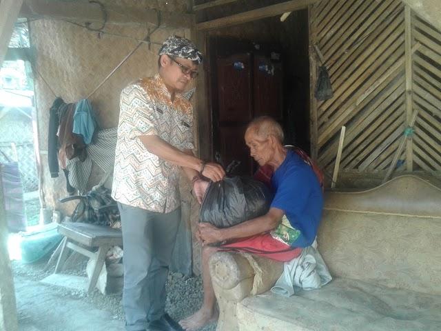 Satu Keluarga Makan Nasi Aking, JPU Salurkan Bantuan Rutin